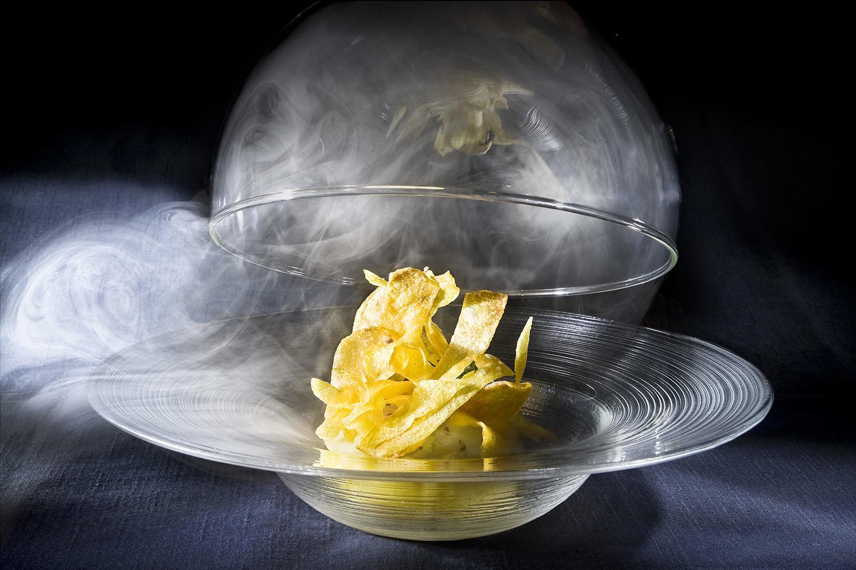 Huevo de gallina de corral cocido a baja temperatura sobre emulsión de patata copo de nieve, sus lascas crujientes y aceite de chorizo ibérico.